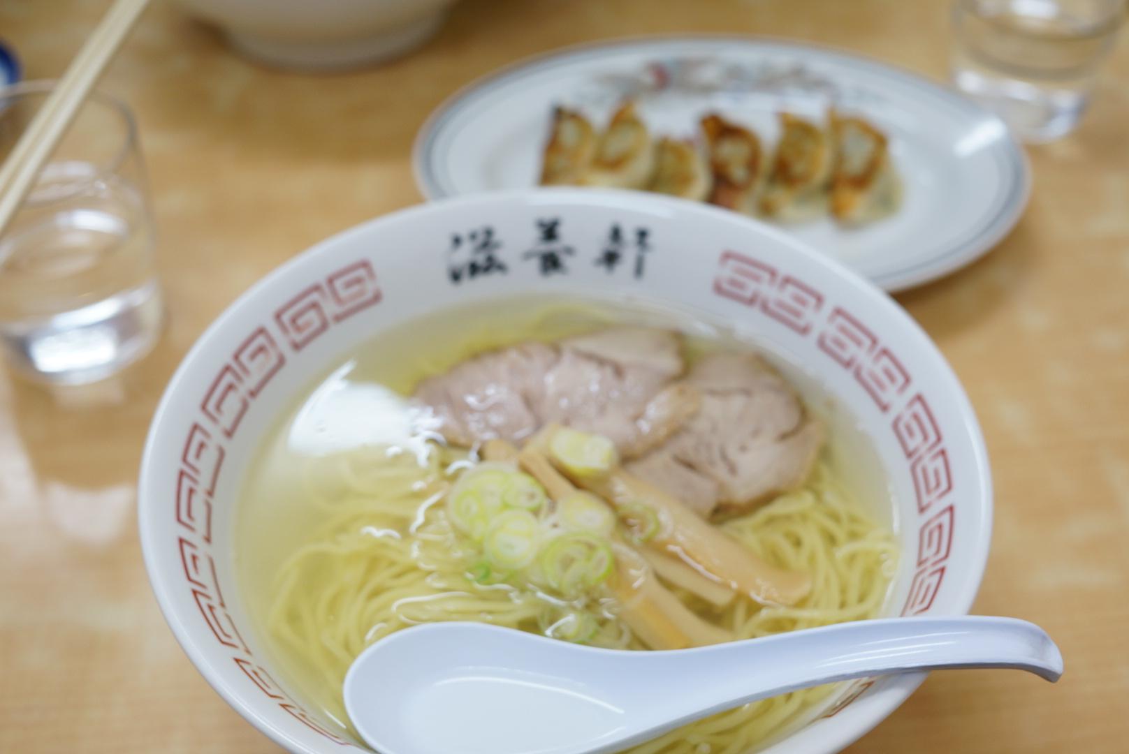 滋養軒の塩ラーメンは黄金スープが美しい絶品ラーメンです(北海道函館市)