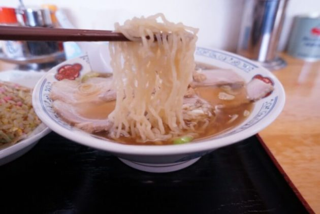 げんこつ屋の煮干し中華の麺リフト