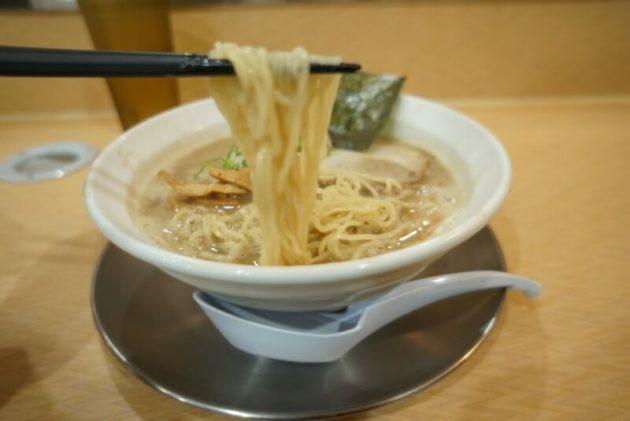 麺房十兵衛 藤崎店の特濃醤油の麺リフト