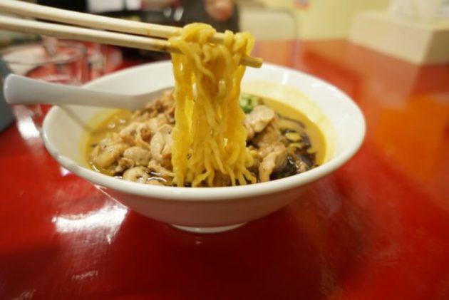 みそラーメン 鉄満堂のチキンカレーみそラーメンの麺リフト