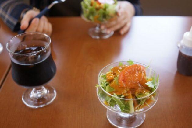 ステーキ食堂ミートソルジャーのサラダとアイスコーヒー