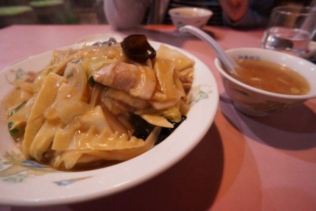 銀華飯店の肉うま煮丼とスープ