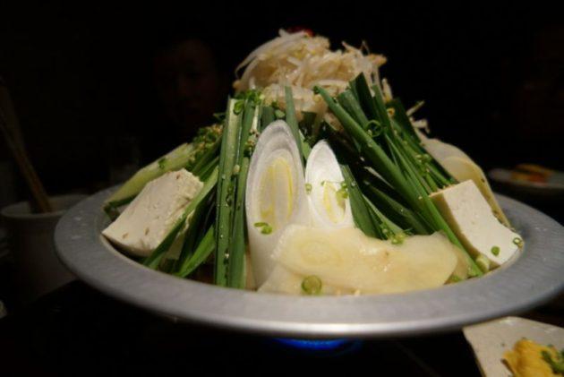 博多もつ鍋山善弘前店の牛もつ白みそ生姜味の鍋