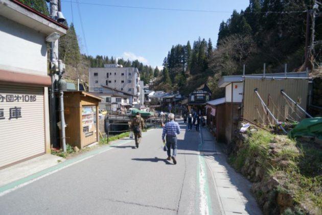 バスから降りて銀山温泉までの道中