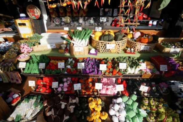 大内宿のお土産屋の野菜お手玉