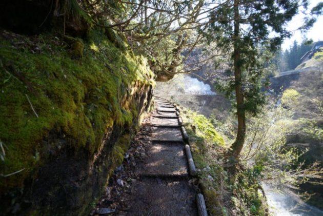 銀山温泉の奥の白銀の滝までの道