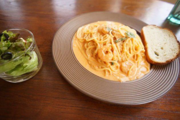 cafe kieloのエビとバジルのトマトクリームパスタ