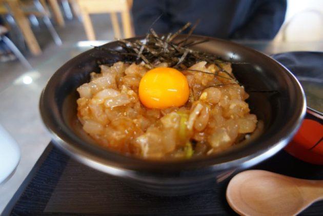 食事処地魚屋たきわの平目ユッケ丼のアップ