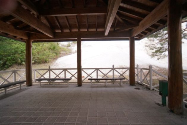 白岩森林公園の屋根のかかったベンチで休憩