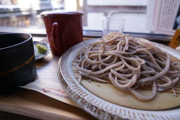 銀山温泉のカフェ伊豆の華で盛りそば