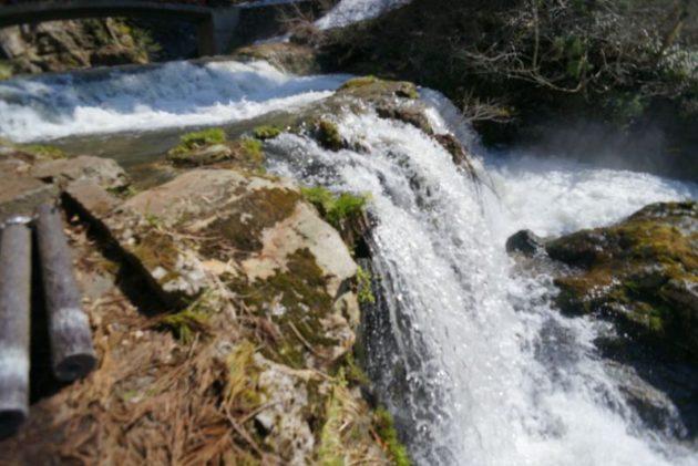 銀山温泉の奥にある白銀の滝