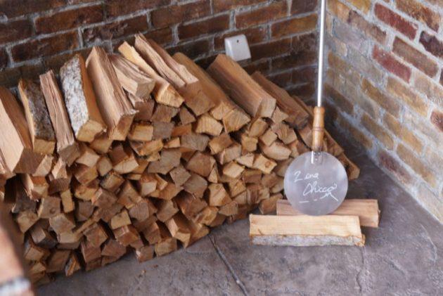ジーナキッコは薪でピザを焼いています