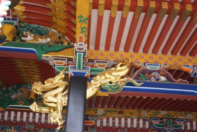 大崎八幡宮の御社殿の金ピカの龍