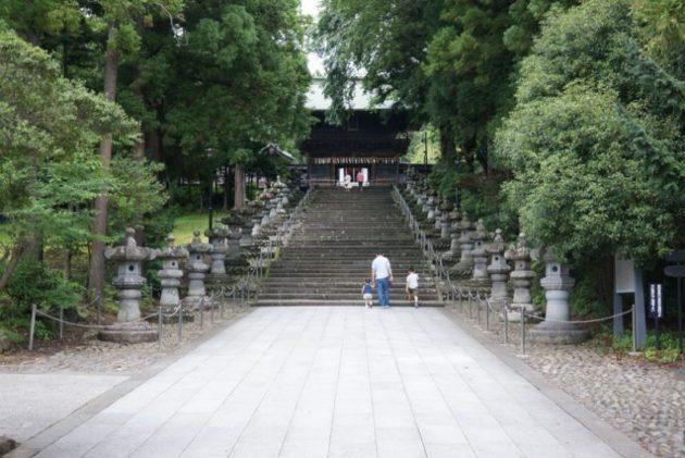 仙台東照宮の石段と並ぶ灯籠