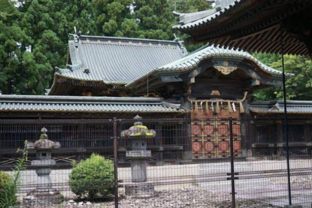 仙台東照宮の拝殿の奥にある唐門と拝殿