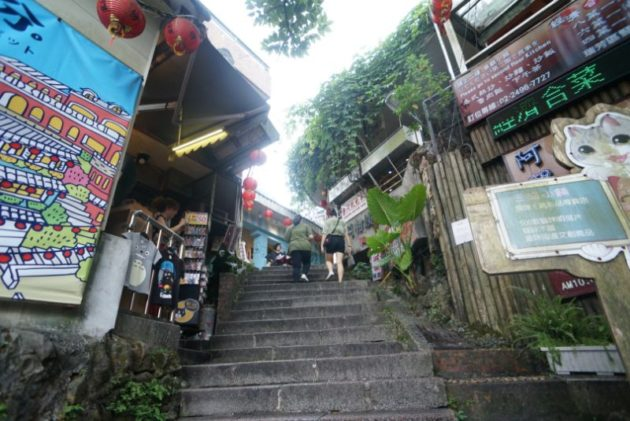 階段を登った先にはタロイモの人気スイーツ店があります