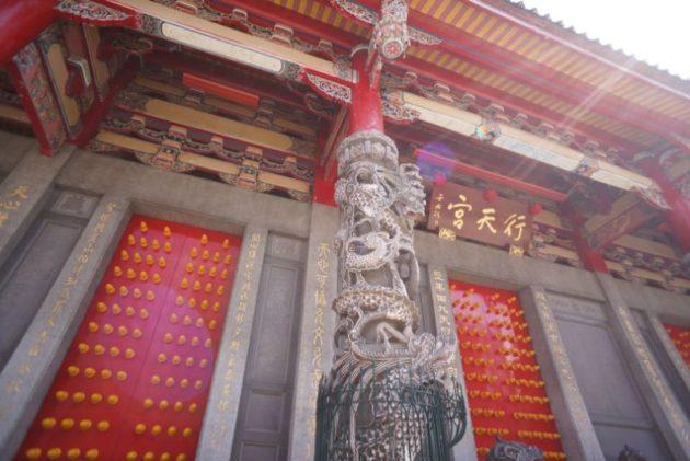 行天宮の前殿の柱に龍がいました