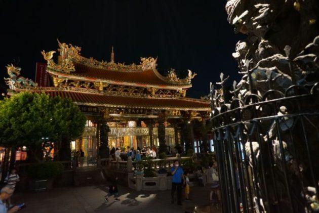 龍山寺の柱越しの本殿