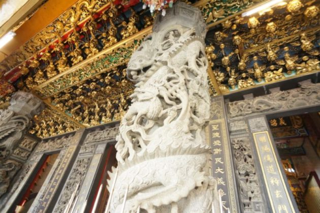 柱に龍が絡みついている聖明宮