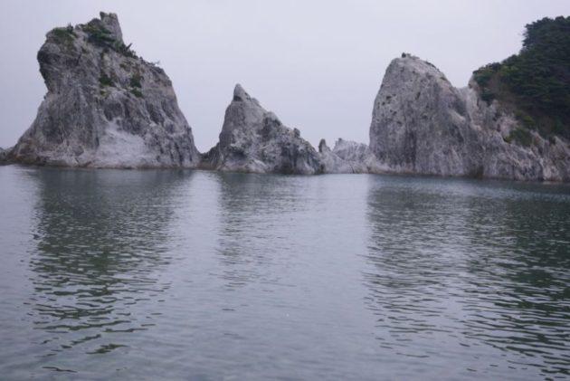 浄土ヶ浜の海水浴場を囲むように白岩が伸びています