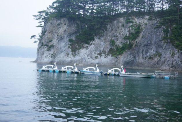 浄土ヶ浜のスワンボートの群れ