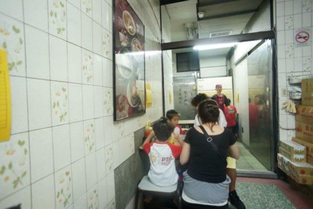 金峰魯肉飯の店内は奥まで満席でした