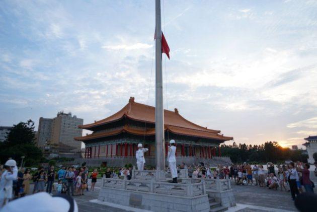 中正記念堂の国旗降納式3