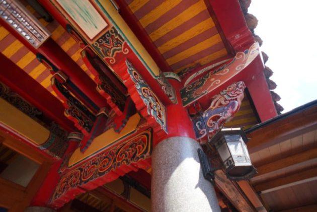 行天宮の本殿は柱のひとつひとつが豪華な造りでした