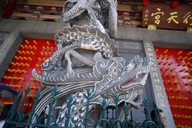 行天宮の前殿の柱の龍