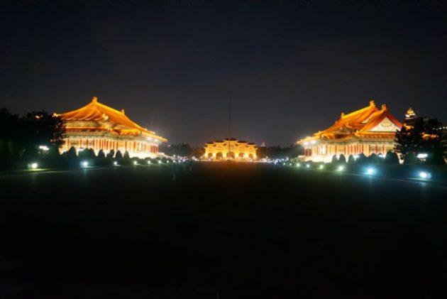 ライトアップされた中正記念堂の正門達