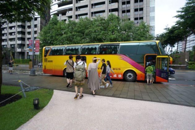 KKDAYの送迎バスは派手派手でした