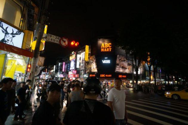 逢甲夜市のメインストリートまで来たらタクシーを拾えます。