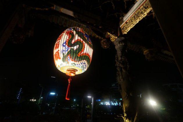 龍山寺の提灯も龍の柄