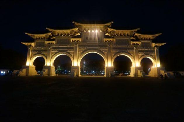 ライトアップされた中正記念堂の正門