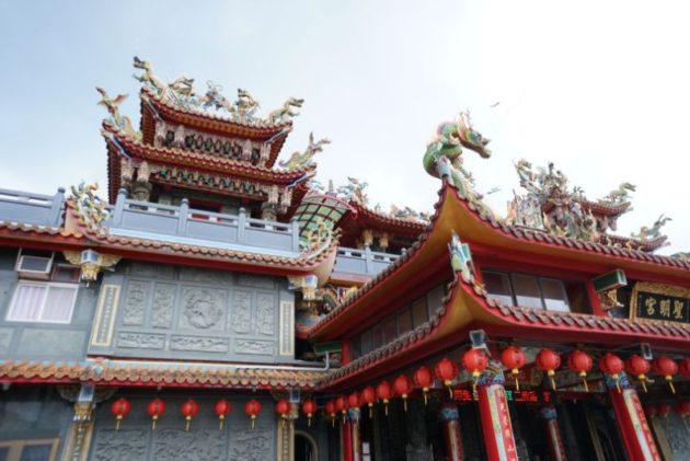 屋根も豪華な装飾がたくさんついている聖明宮