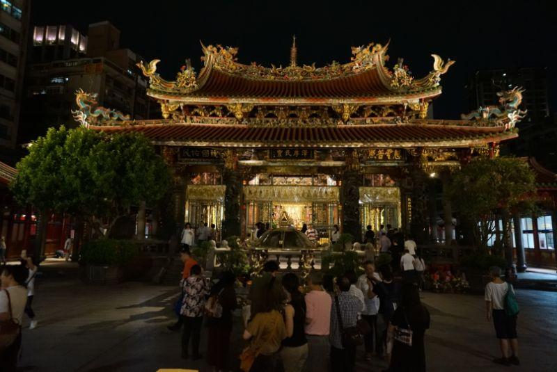 台北最大のパワースポット龍山寺はライトアップが見れる夜の参拝がおすすめです