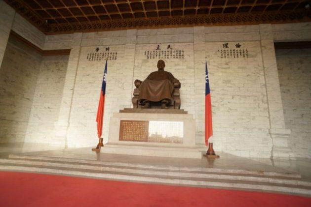 中正記念堂の中にある蒋介石のブロンズ像
