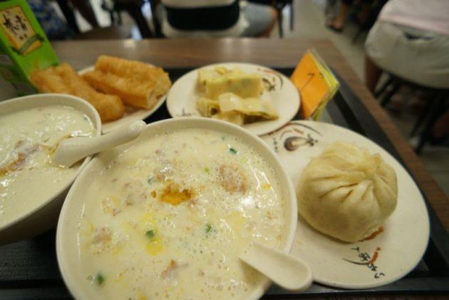 鼎元豆漿の鹹豆漿加蛋と高麗菜肉包