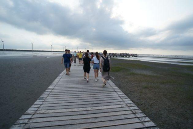 高美湿地までは桟橋を歩いて行きます
