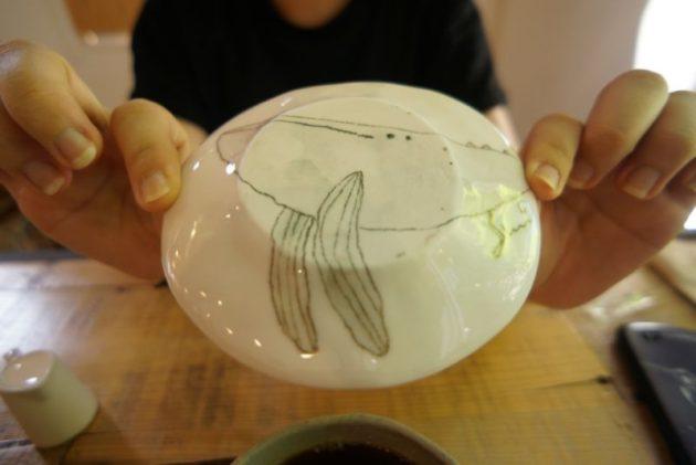 ギャラリーカフェ ふゆめ堂のお皿の裏のクジラ
