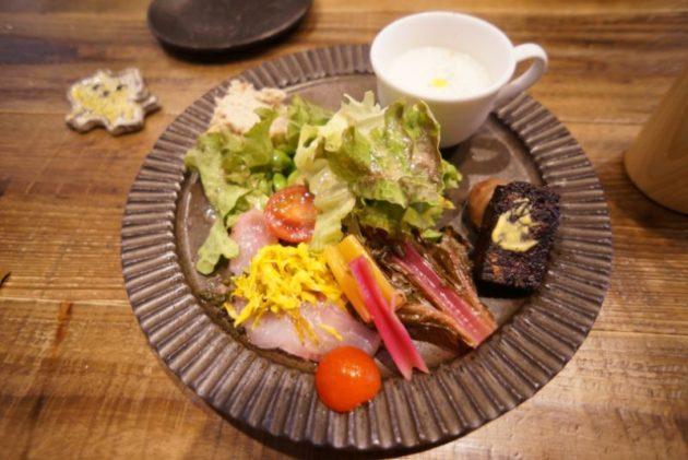 pommeris(ポムリ)の前菜カブの冷製スープ、豚肉のリエット、サラダ、メバルカルパッチョ、テリーヌ