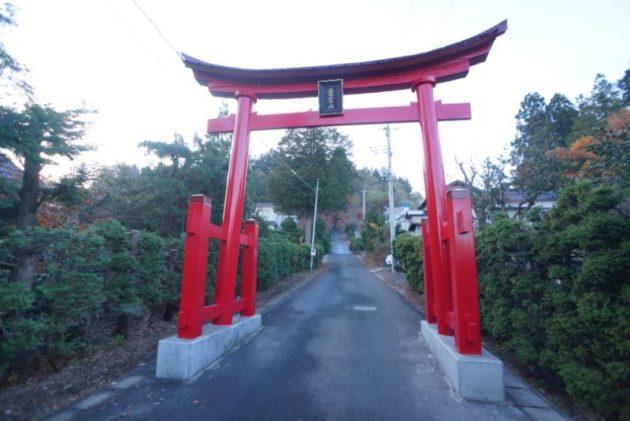 愛宕山橋雲寺のとても大きな一の鳥居
