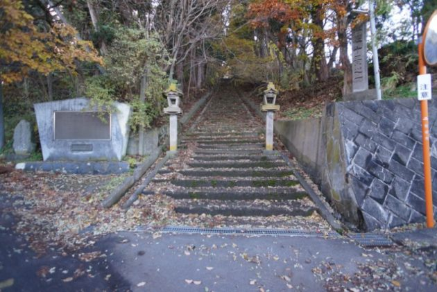 愛宕山橋雲寺少し進むと二手に別れます