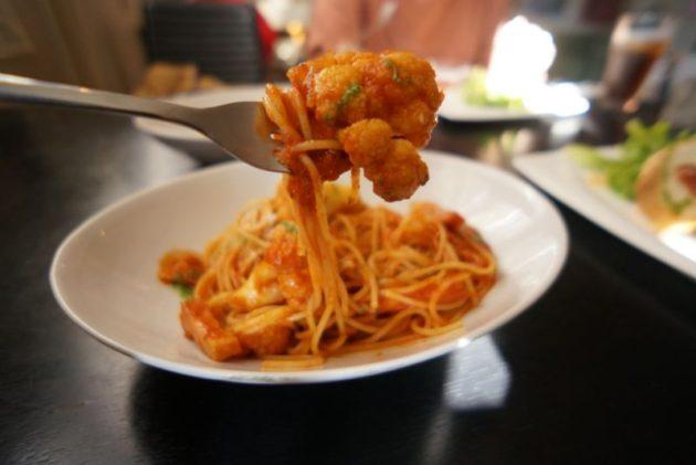 創作イタリアンピエタンザの厚切りベーコンと長谷川農園カリフラワーのトマトソースパスタ麺リフト