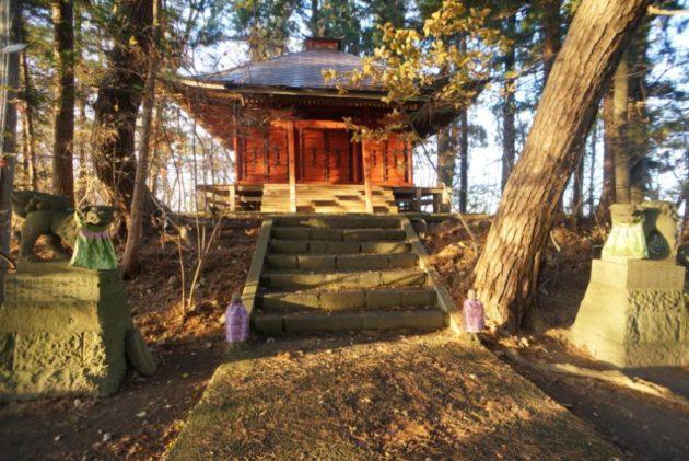 愛宕山橋雲寺の奥の院と獅子狛犬にお地蔵さん