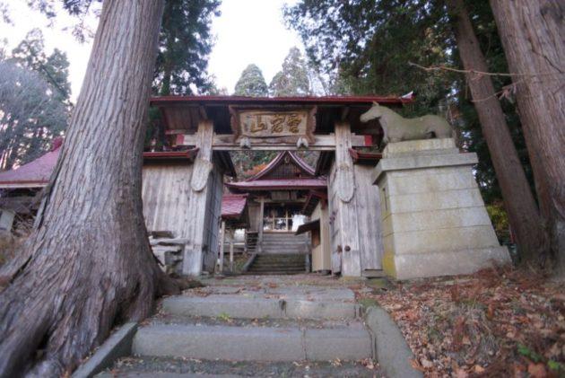愛宕山橋雲寺の山門