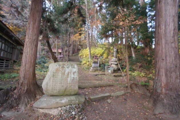 愛宕山橋雲寺の護摩堂のよこから奥の院に向かって登っていきます