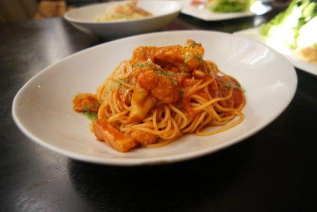 創作イタリアンピエタンザの厚切りベーコンと長谷川農園カリフラワーのトマトソースパスタ