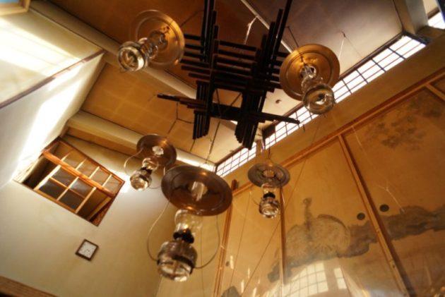 青荷温泉の吹き抜けのランプ
