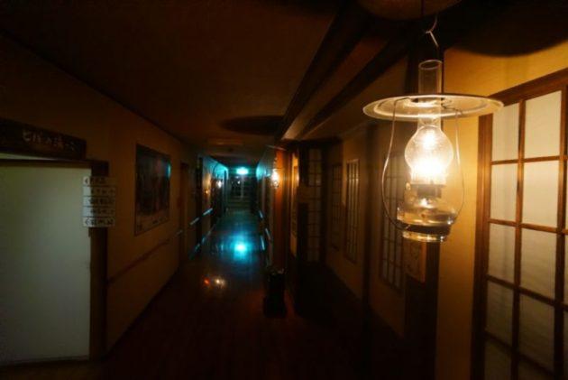 青荷温泉の夜はランプの明かりが頼りです